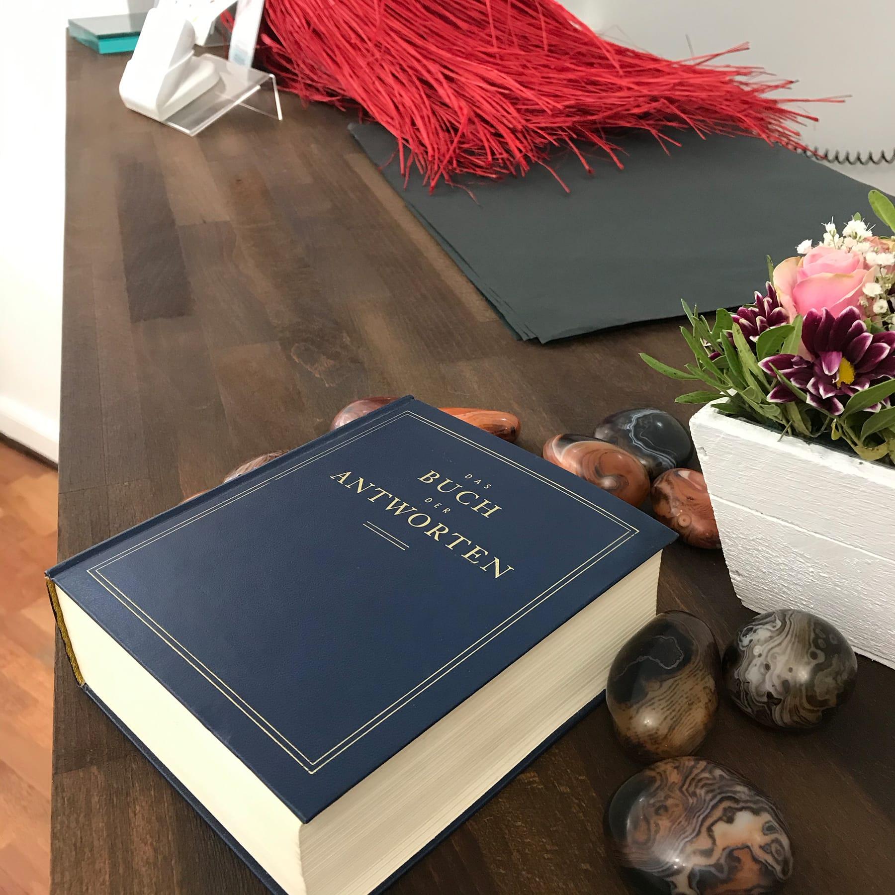 Das Buch der Antworten befragen …