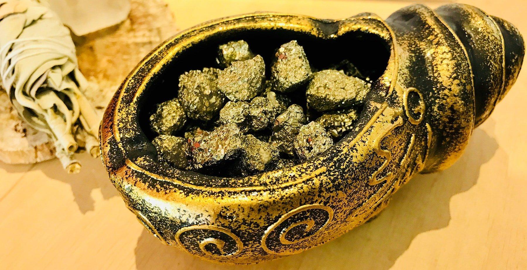 Pyrit im Füllhorn für Wohlstand und Überfluss